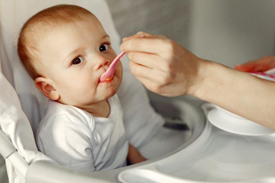 criança comendo papinha