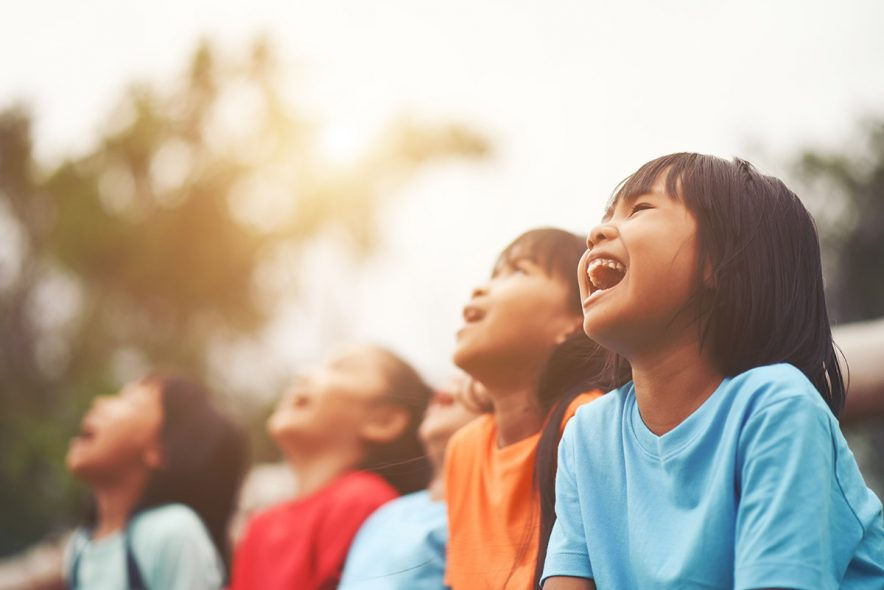 crianças rindo