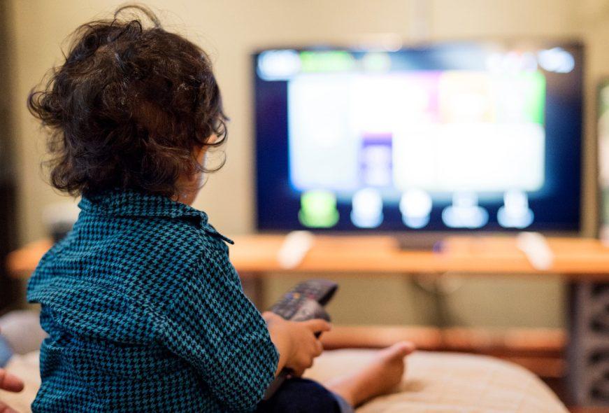 tecnologia na infância, criança na televisão